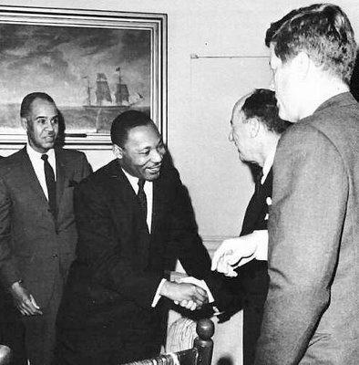 """Un JFK admiratif devant MLK après l'historique """"I Have a Dream"""""""