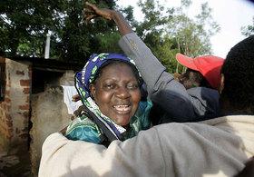 ... à Kogelo, au Kenya avec la belle mère Grace Kezia Obama.