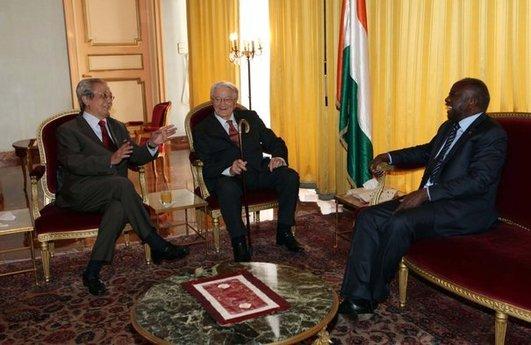 Étrange tribu: Roland Dumas et Jacques Vergès en soutien à Laurent Gbagbo, fin décembre à Abidjan.
