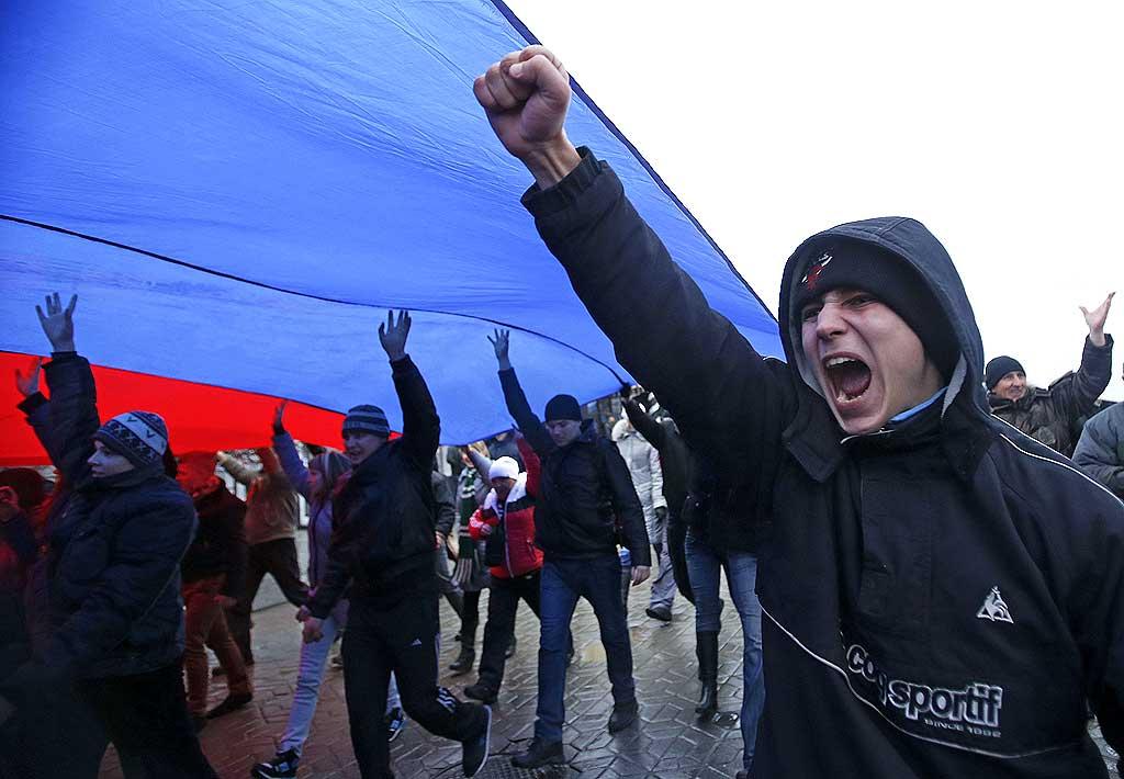 Manifestation pro-russe en Crimée. Le Parlement de la Crimée, péninsule dans le sud de du pays, a voté jeudi la tenue le 25 mai d'un référendum pour plus d'autonomie.