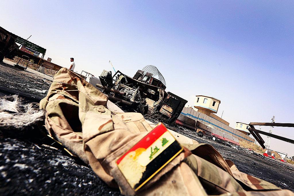L'uniforme d'un militaire irakien est resté par terre, près de Mossoul, après la conquête de la ville par les djihadistes.
